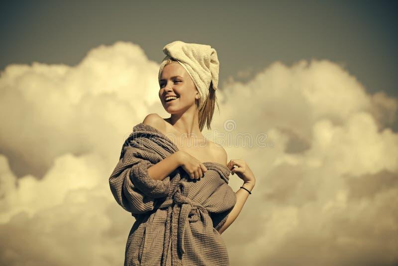 Vrouwelijk gezicht Kwesties die meisjes beïnvloeden Gelukkige vrouw in badjas en handdoek op hoofd royalty-vrije stock foto's
