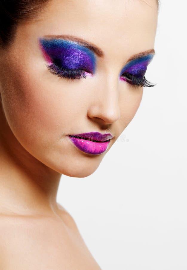Vrouwelijk gezicht met de heldere samenstelling van de schoonheidsmanier stock afbeeldingen
