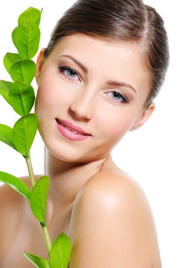 Vrouwelijk gezicht met een schone gezonde huid stock foto