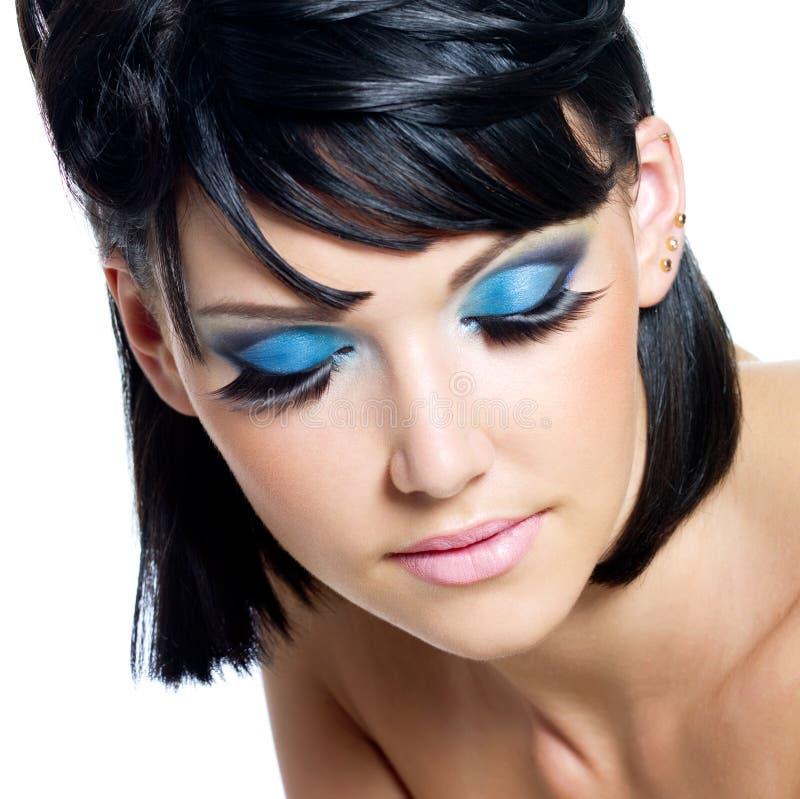 Vrouwelijk gezicht met helder blauwe samenstelling stock foto