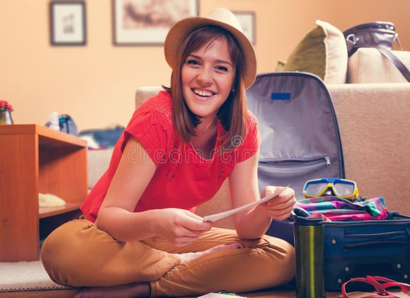 Vrouwelijk het Controleren Vliegtuigkaartje voor het Reizen stock fotografie