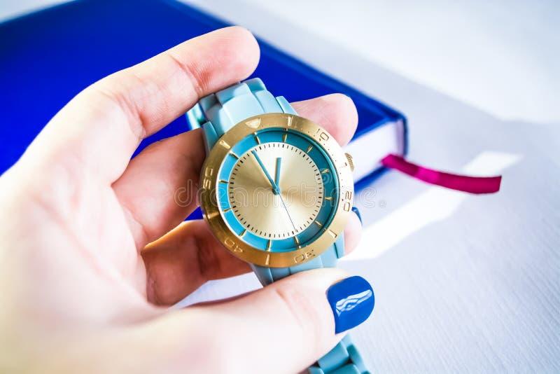 Vrouwelijk horloge van turkooise kleur royalty-vrije stock foto