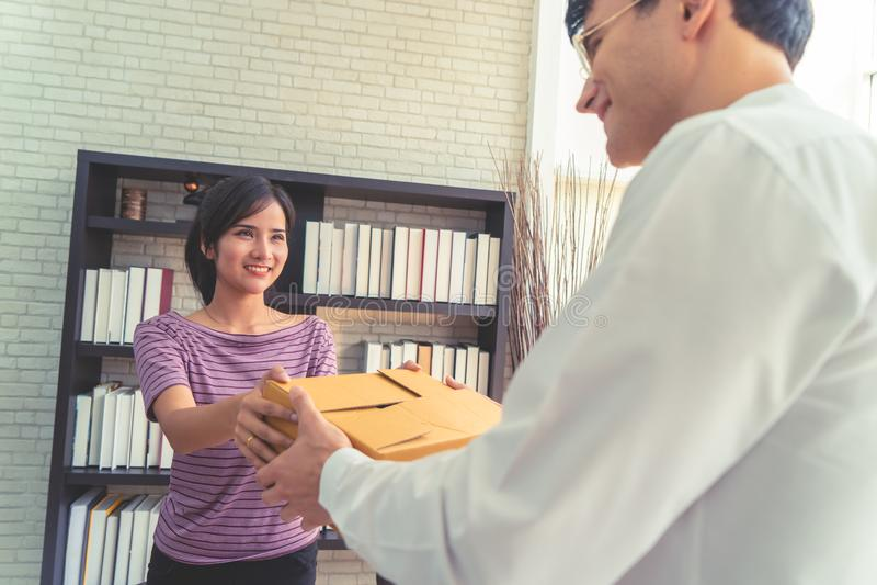 Vrouwelijk huis bedrijfseigenaar behandelend pakket aan klant royalty-vrije stock foto's
