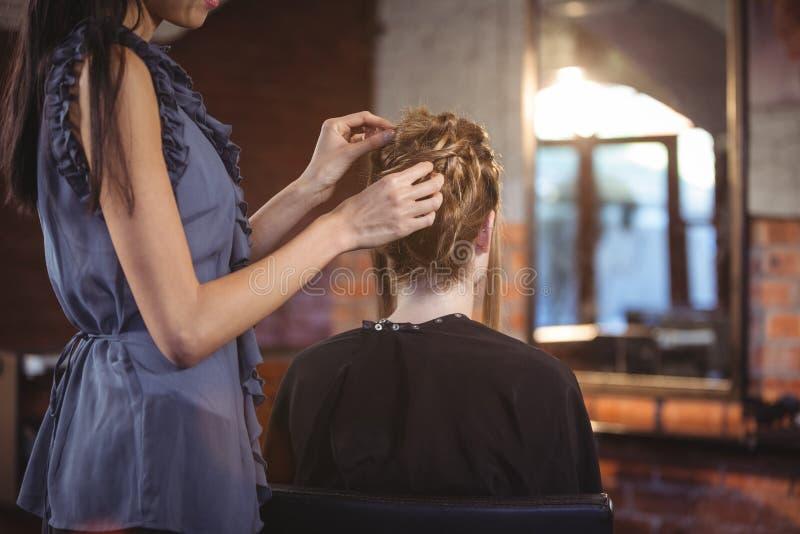Vrouwelijk kapper het stileren klantenhaar royalty-vrije stock afbeelding