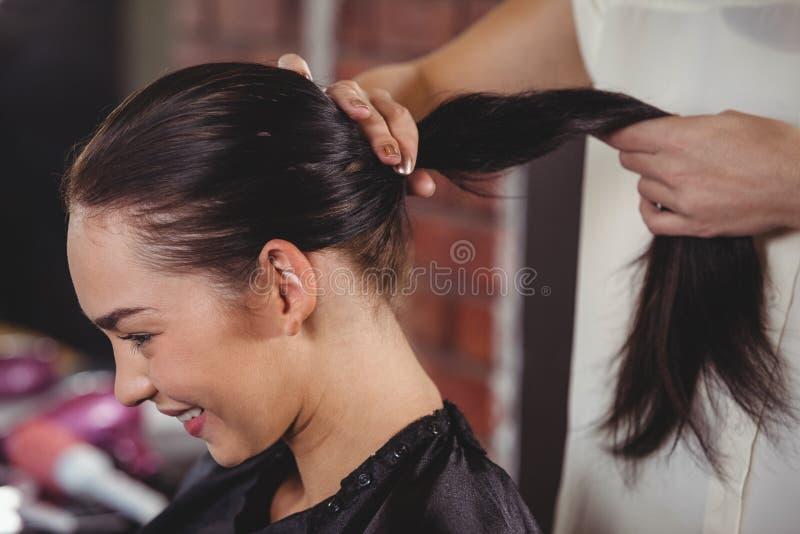 Vrouwelijk kapper het stileren klantenhaar royalty-vrije stock afbeeldingen