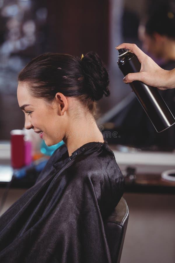 Vrouwelijk kapper het stileren klantenhaar stock foto's