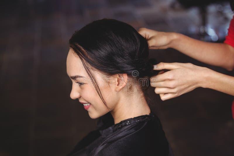 Vrouwelijk kapper het stileren klantenhaar royalty-vrije stock fotografie