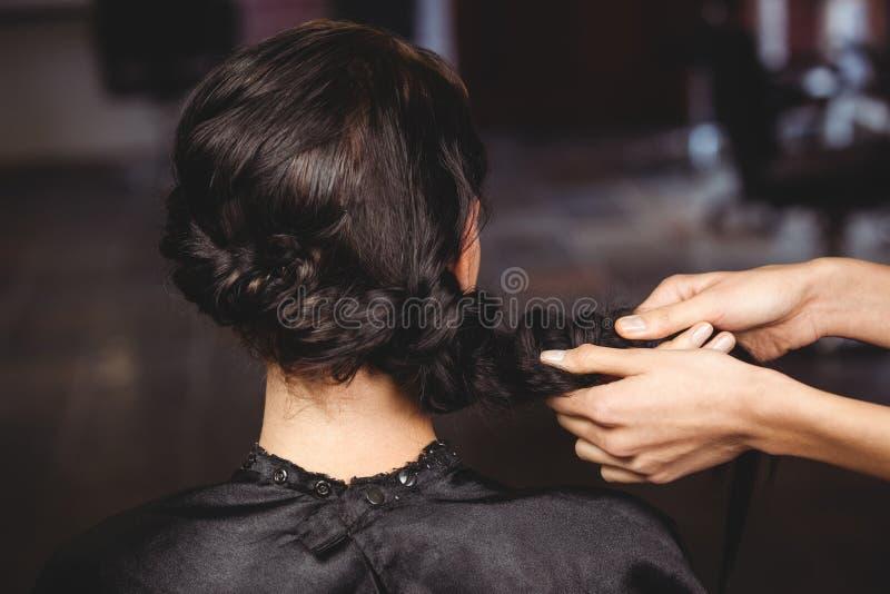 Vrouwelijk kapper het stileren klantenhaar stock fotografie
