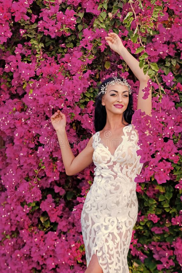 Vrouwelijk manier, schoonheid en reclameconcept Gelukkige vrouw in tiara en huwelijkskleding stock afbeelding