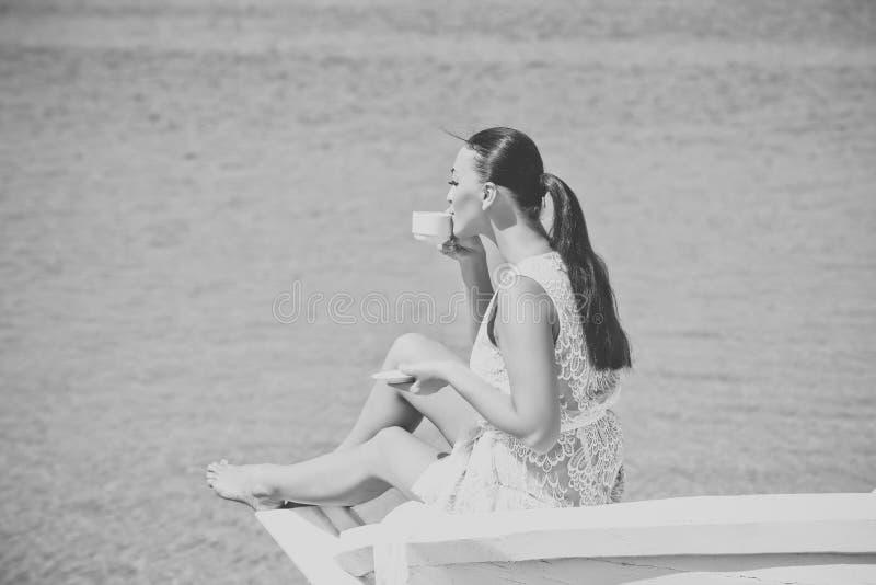 Vrouwelijk manier, schoonheid en reclameconcept Overzees of oceaan en drinkende vrouw stock foto's