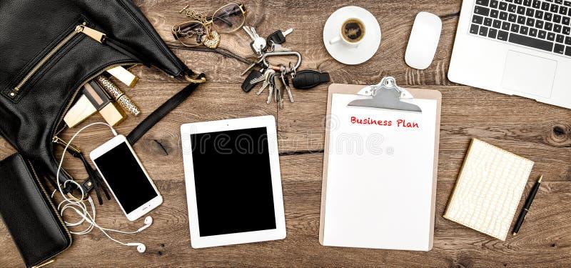 Vrouwelijk manierbureau Bureaulevering, schoonheidsmiddelen, gadget stock afbeeldingen