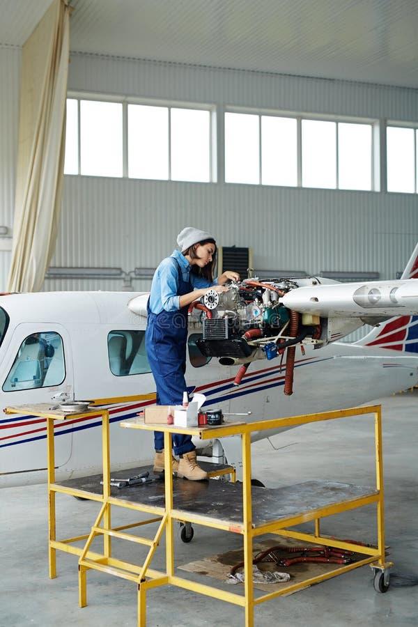 Vrouwelijk Mechanisch Repairing Planes royalty-vrije stock afbeeldingen