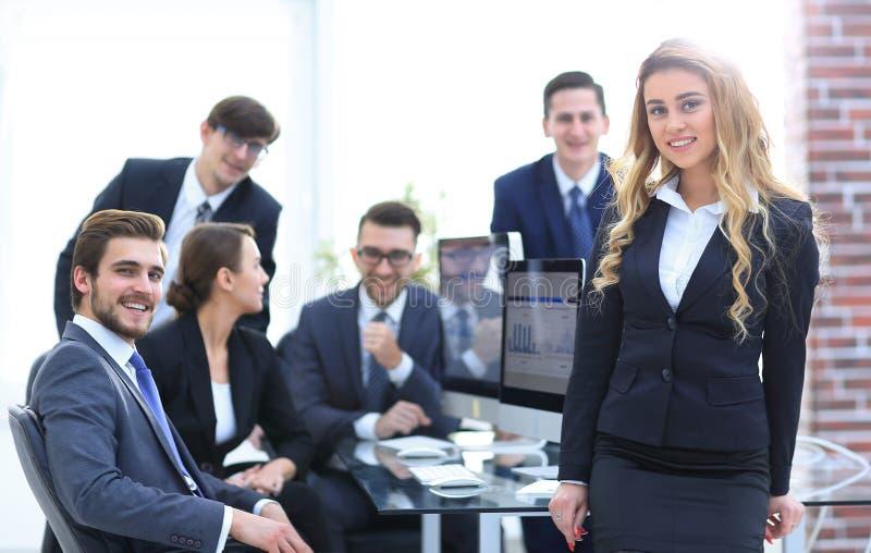 Vrouwelijk medewerker en commercieel team in het bureau royalty-vrije stock afbeelding
