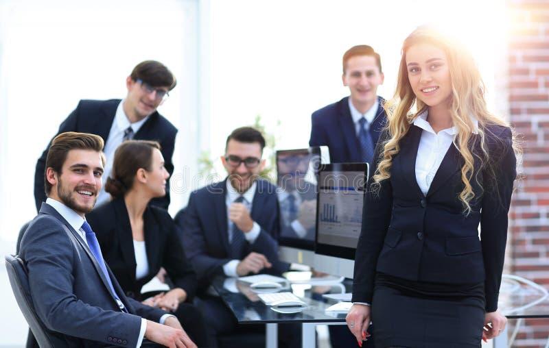 Vrouwelijk medewerker en commercieel team in het bureau royalty-vrije stock fotografie