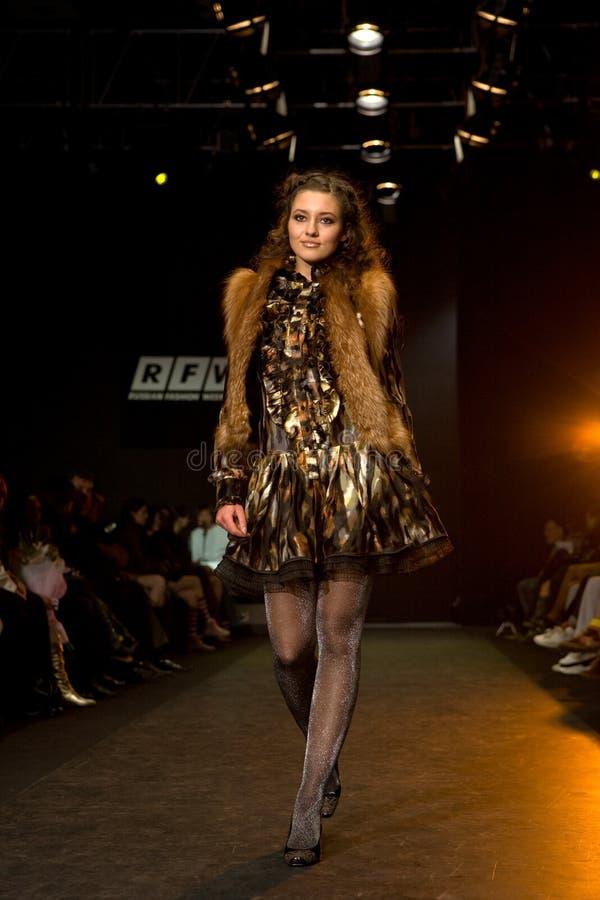 Vrouwelijk model bij een modeshow stock foto