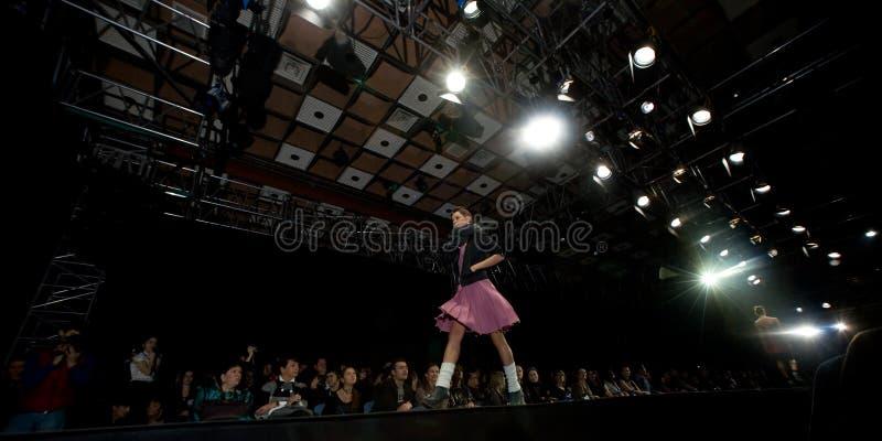 Vrouwelijk model bij een modeshow op de loopbrug (Rus royalty-vrije stock afbeelding