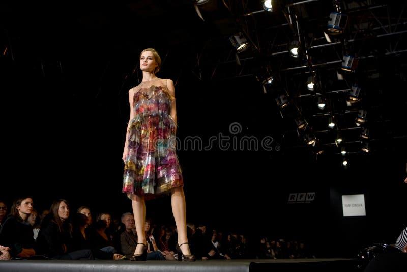 Vrouwelijk model bij een modeshow (Russische Manier wij royalty-vrije stock fotografie