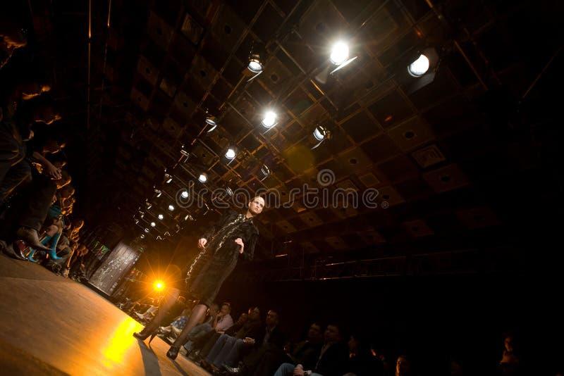 Vrouwelijk model bij een modeshow in Serguei Teplov C royalty-vrije stock foto's