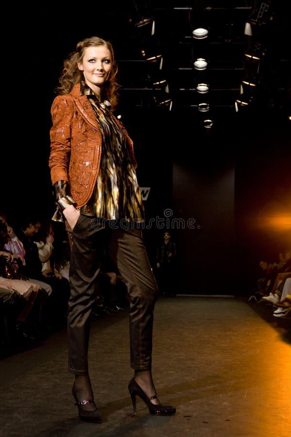 Vrouwelijk model bij een podium royalty-vrije stock foto's