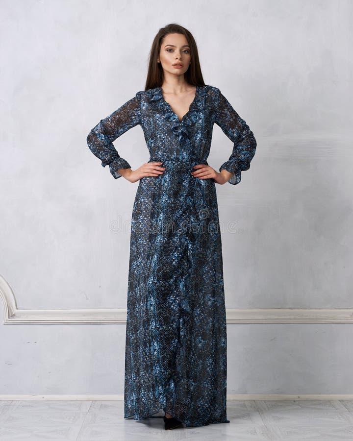 Vrouwelijk model in chiffonkleding met stroken stock afbeeldingen