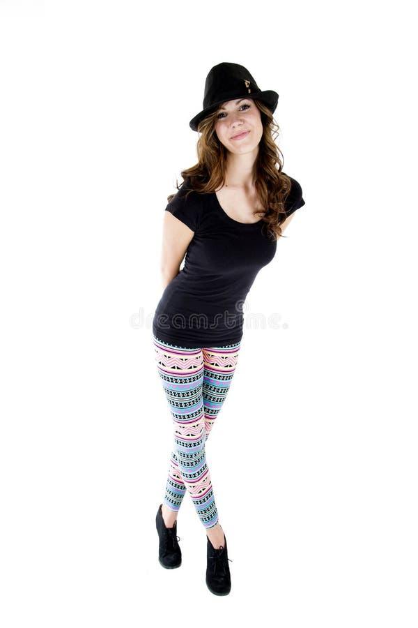 Vrouwelijk model die hielen, besnoeiingshoed en kleurrijke beenkappen dragen stock fotografie