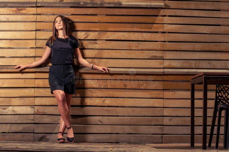 Vrouwelijk model die rok en het zwarte t-shirt stellen dragen openlucht royalty-vrije stock fotografie