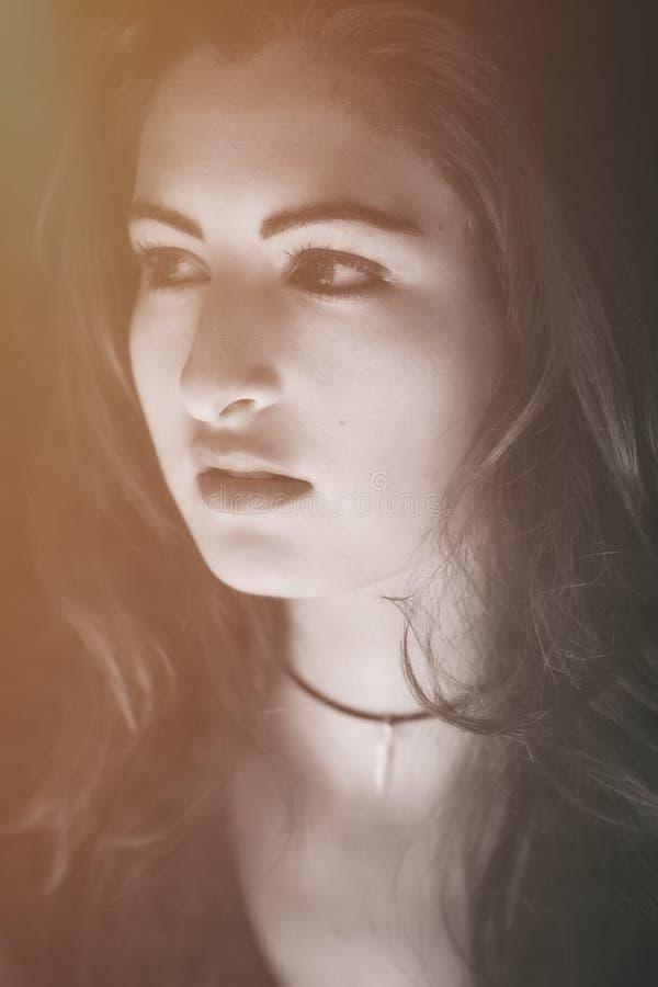 Vrouwelijk model die weg met een intense uitdrukking kijken stock foto's