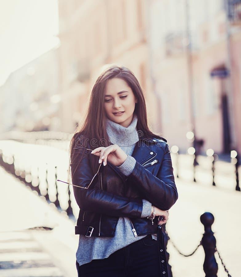 Vrouwelijk model in zwart leerjasje stock foto