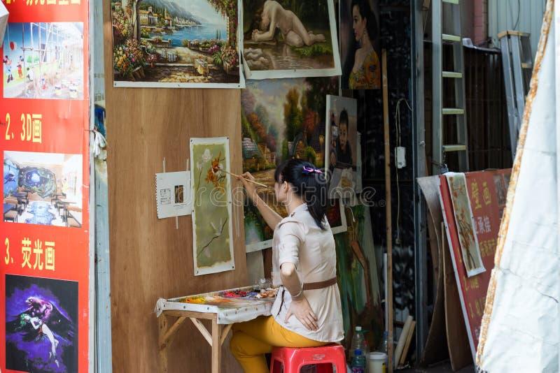 Vrouwelijk olieverfschilderijkunstenaar het schilderen beeld royalty-vrije stock foto's