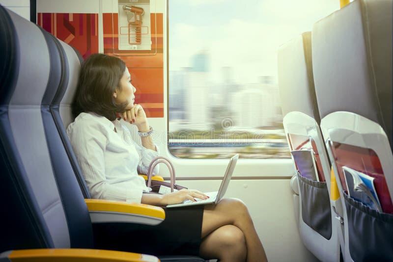 Vrouwelijk ondernemersdagdromen in luchthaventrein royalty-vrije stock fotografie