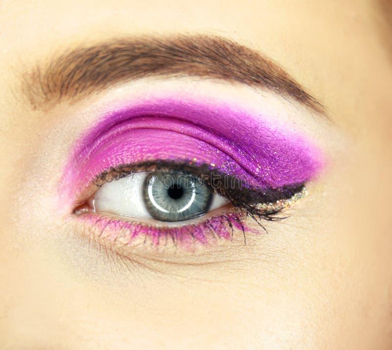 Vrouwelijk oog met buitensporige make-upclose-up royalty-vrije stock fotografie