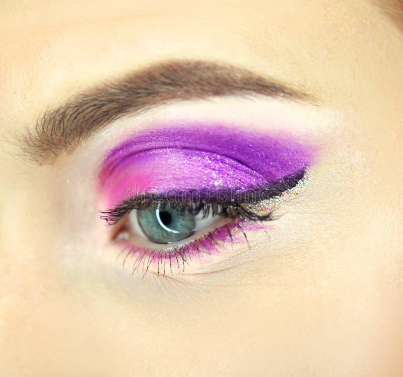 Vrouwelijk oog met buitensporige make-upclose-up stock foto's