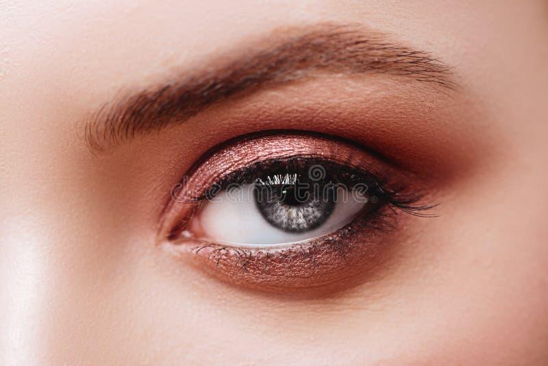 Vrouwelijk oog met extreme lange valse wimpers Wimperuitbreidingen stock fotografie