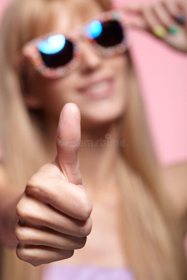 Vrouwelijk portret met ondiepe diepte van nadruk Jonge blondesmilin stock fotografie