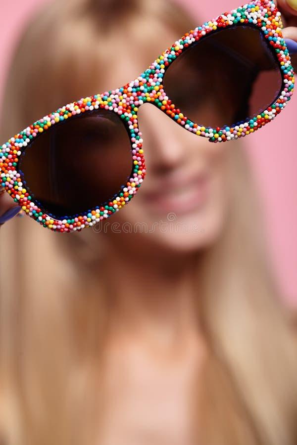 Vrouwelijk portret met ondiepe diepte van nadruk Jonge blondesmilin stock foto