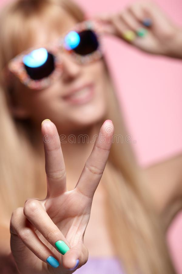 Vrouwelijk portret met ondiepe diepte van nadruk Jonge blondesmilin royalty-vrije stock foto