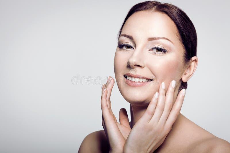 Vrouwelijk schoonheidsmodel met perfecte huid stock foto's
