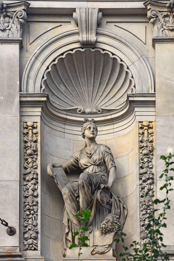 Vrouwelijk standbeeld van de Centrale school van technische tekening van de baron Shtiglits in Heilige Petersburg, Rusland stock fotografie