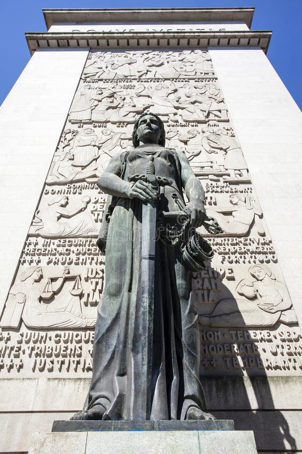 Vrouwelijk standbeeld voor het hof van Porto (de Rechtbank DA Relacao doet Porto) in Porto - Portugal royalty-vrije stock afbeelding