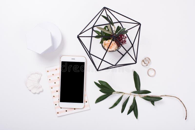 vrouwelijk tafelblad flatlay met smartphonemodel royalty-vrije stock foto