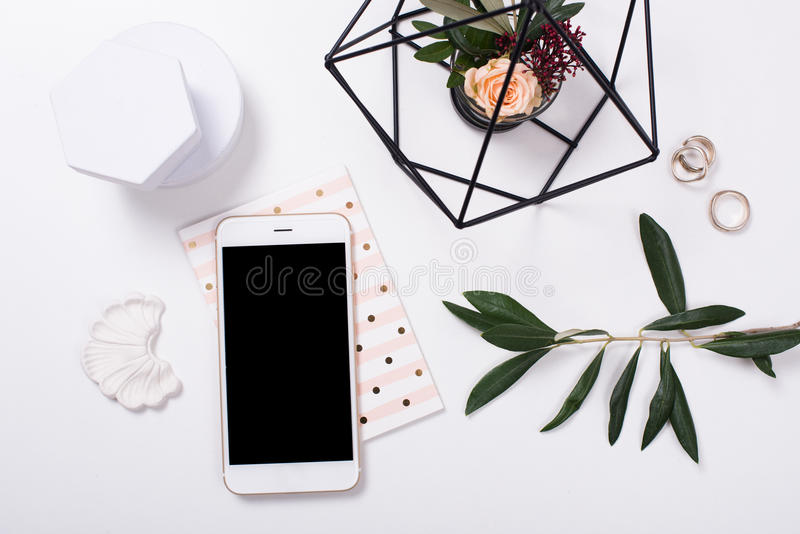 vrouwelijk tafelblad flatlay met smartphonemodel stock foto's