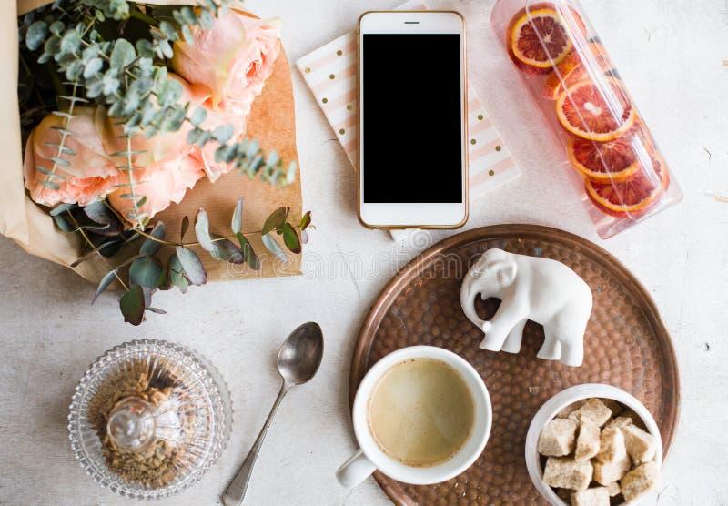 Vrouwelijk tafelblad, huisbureau met bloemen stock fotografie