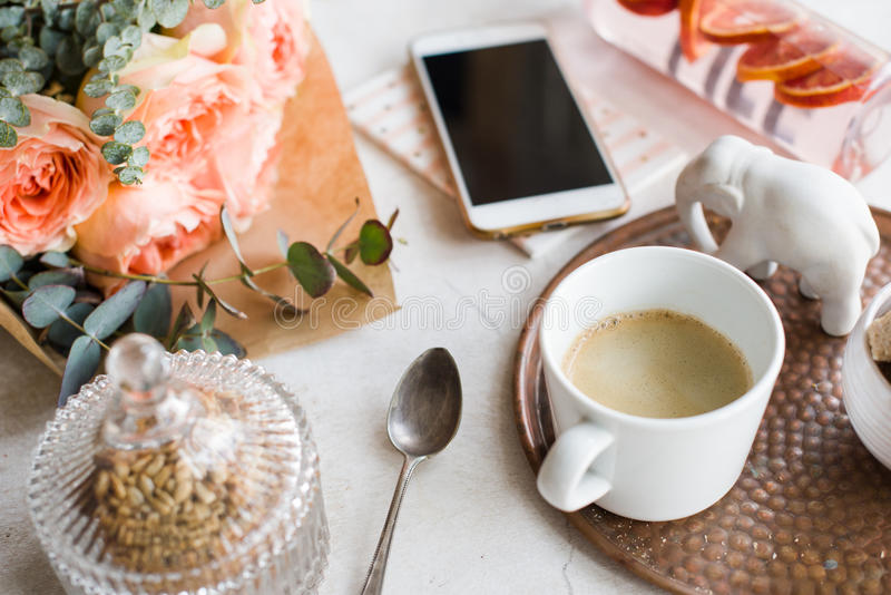 Vrouwelijk tafelblad, huisbureau met bloemen stock afbeeldingen
