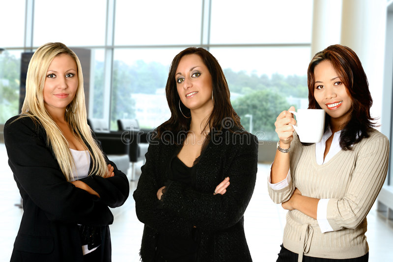 Vrouwelijk team, in bureau stock afbeeldingen