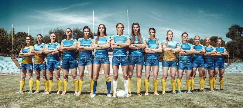 Vrouwelijk team van rugbyspelers bij het stadion stock fotografie