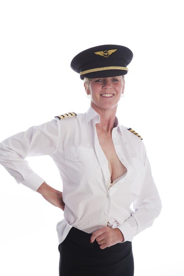 Vrouwelijk vliegtuigbemanninglid die gekleed worden royalty-vrije stock foto's