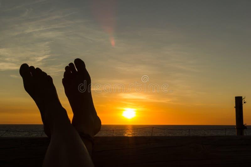 Vrouwelijk voer naar de zonsondergang Vakantieconcept, standpunt, Bezem, Australi? stock fotografie