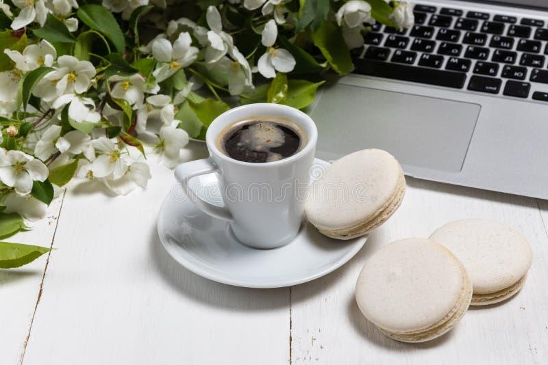 Vrouwelijk werkplaatsconcept Werkruimte van de freelance manier de comfortabele vrouwelijkheid met laptop, koffie, bloemen op wit royalty-vrije stock afbeeldingen