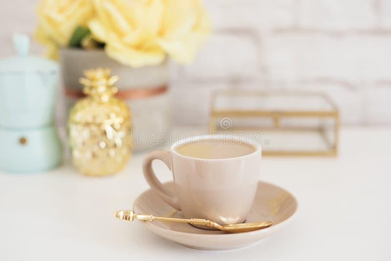 Vrouwelijk werkplaatsconcept Werkruimte van de freelance manier maakt de comfortabele vrouwelijkheid met koffie, bloemen, gouden  stock foto