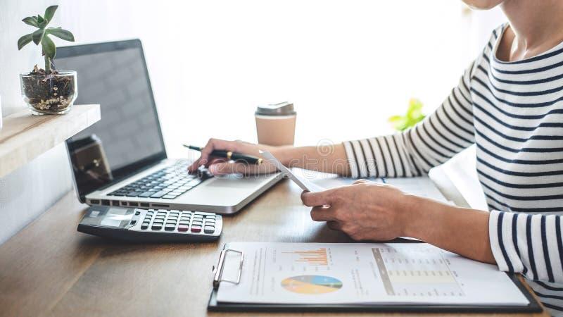 Vrouwelijke accountant berekeningen, controle en het analyseren van financiële grafiekgegevens met calculator en laptop Zaken, di stock foto's